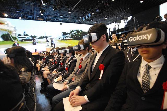 日本一所高中的学生戴VR头盔参加开学典礼