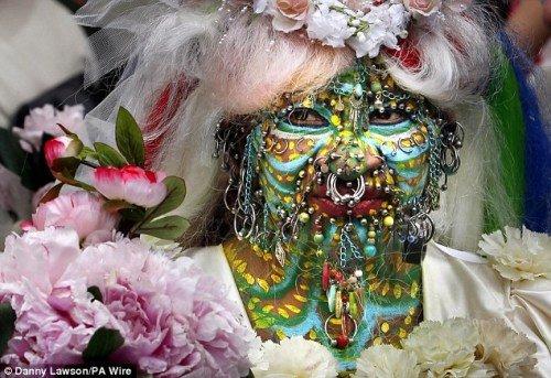 """英最""""艳""""新娘 全身穿7000个孔戴满首饰(图)"""