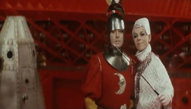 原来自拍杆最早出现在1970年的一部科幻喜剧