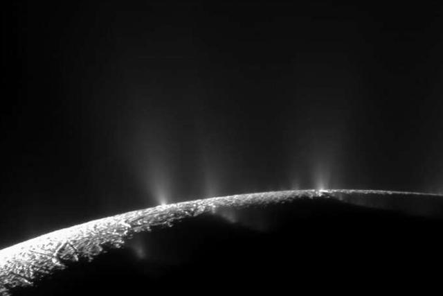 卡西尼探测器拍摄到土卫二冰下海洋喷流图像