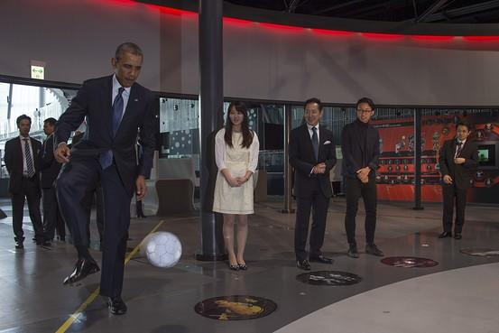 奥巴马与Asimo机器人切磋足球技术