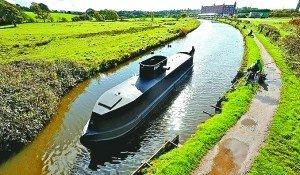 英老翁自制仿真版二战潜艇在河道试航(组图)
