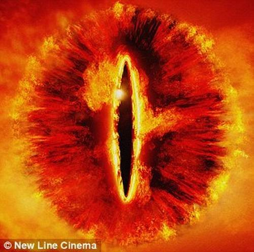 """天文学家观测到犹如""""魔眼""""的黑洞(图)"""
