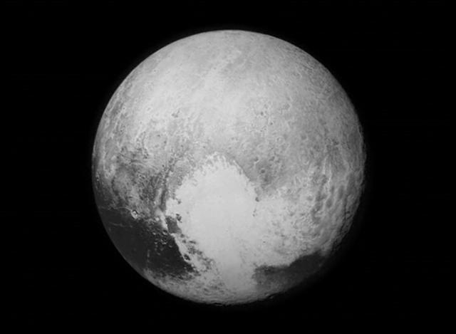 冥王星最新彩照曝光:令人吃惊的美