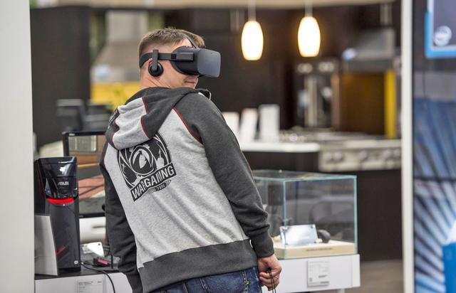 消费者不感兴趣 Facebook关闭两百家VR头盔演示站