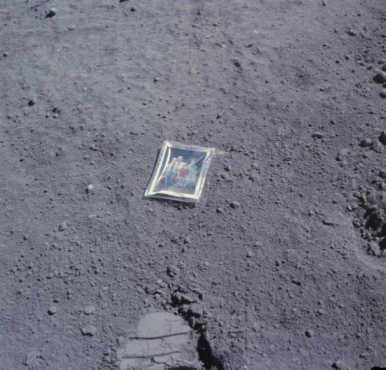 """1972年登月宇航员留在月球上的""""全家福"""""""