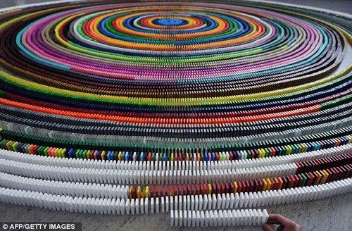 该多米诺螺旋共用3万多张多米诺骨牌,直径达10米图片