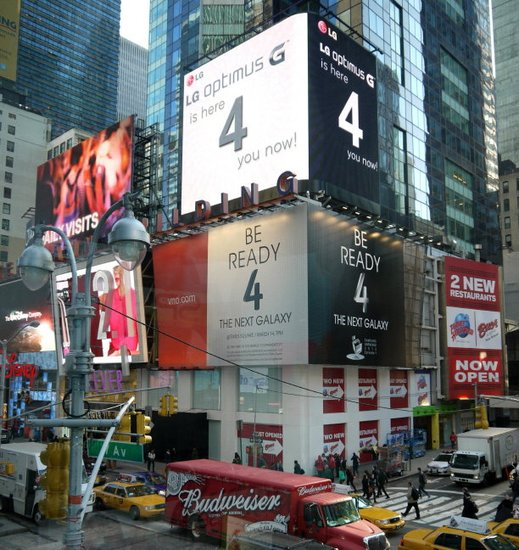 LG在时代广场挂新广告牌 与三星Galaxy S4抢镜