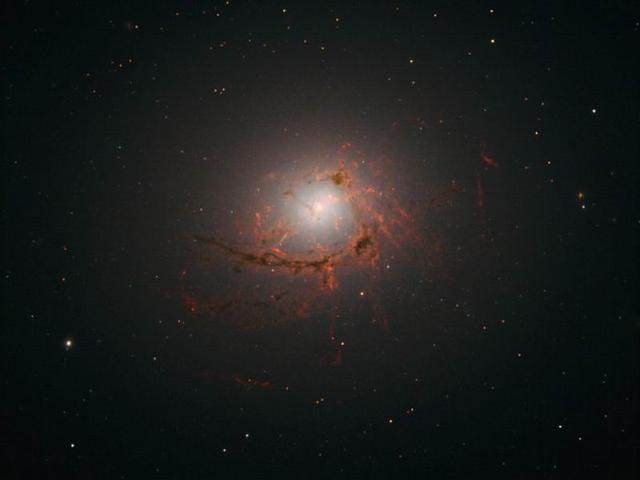 哈勃望远镜拍摄到一亿光年外的奇异星系