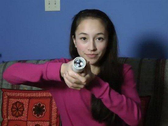 15岁少女发明环保手电筒 手掌热量维持发光