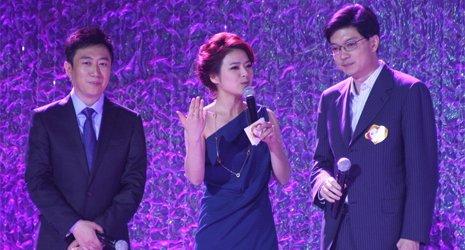 陈伟鸿(左)和陈辰(中)共同主持慈善晚宴