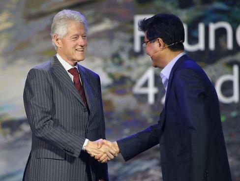 三星CES展示可弯折手机 前总统克林顿登台助阵