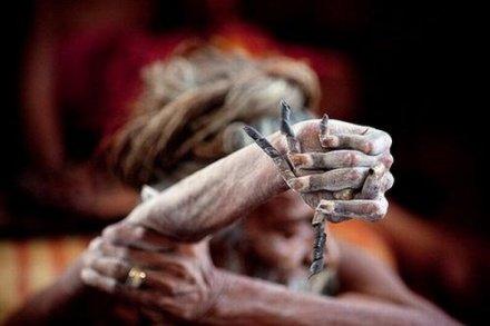 印老人因信教异样表现 举起手臂38年未曾放下