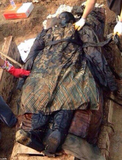 距今300年身着清朝官服的木乃伊或有防腐术?
