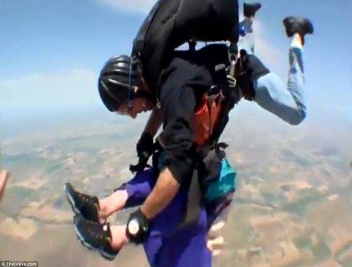 拉维恩在空中与搭档紧紧地抱在一起