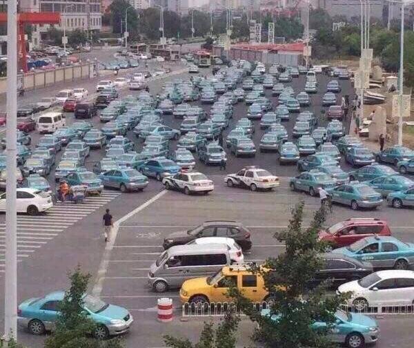 天津的哥组团敲诈专车