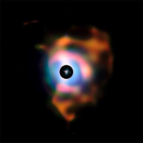 超巨星周围环绕明亮彩虹涡流气体星云(图)