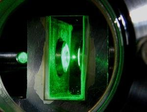 科学家展开玻璃珠悬浮实验 推翻爱因斯坦理论