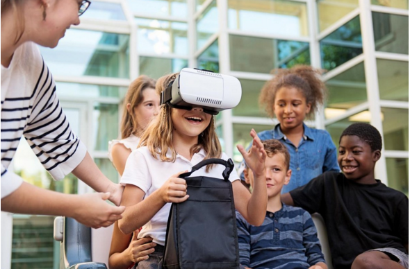 学生戴上VR头盔 教室瞬间变成古代雅典城
