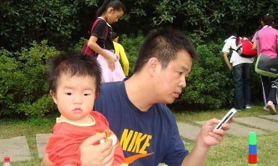 陪孩子时玩手机 家长这样的行为也算冷暴力