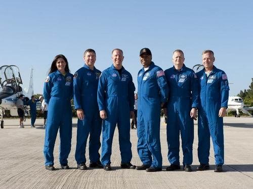 图文:6位宇航员已经抵达肯尼迪航天中心