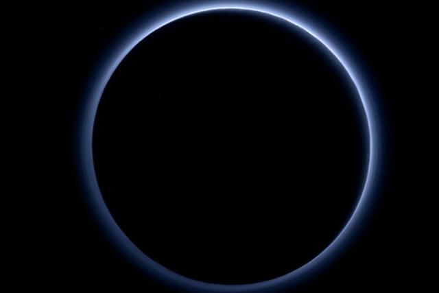 美国宇航局公布冥王星蓝色薄雾层照片