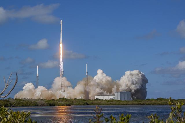 SpaceX一枚猎鹰9号火箭完成静态点火 预计周六在39A发射台升空