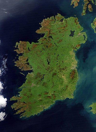 """地球最新航拍照片:爱尔兰酷似""""绿宝石岛"""""""