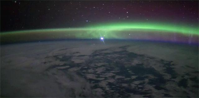 宇航员在太空分享金星从地球极光中升起美妙画面