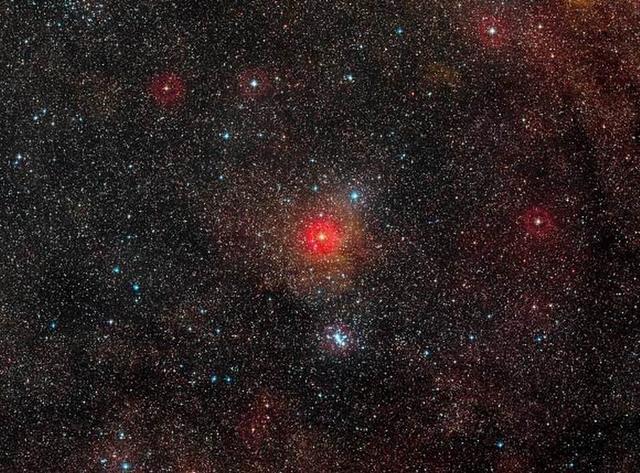 天文学家锁定超巨星释放神秘蓝光来源