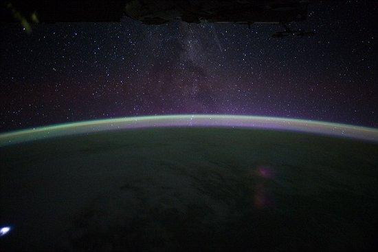 国际空间站宇航员拍到非洲上空出现闪电风暴