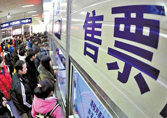 """春运火车票今日开售 12306如何应对""""最难抢票年""""?"""