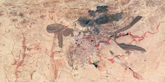 """卫星拍摄白云鄂博稀土矿区""""彩色有毒湖泊"""""""
