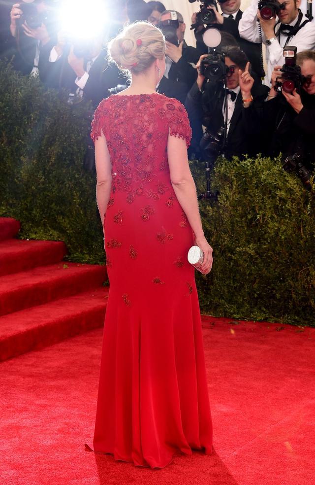 雅虎CEO梅耶尔身着一身红裙
