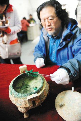 西安考古发现铜鼎 鼎内装有2400年前骨头汤