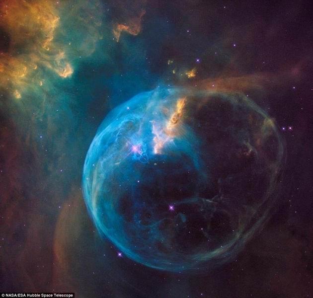 哈勃望远镜拍摄完整气泡星云庆祝26岁生日图片
