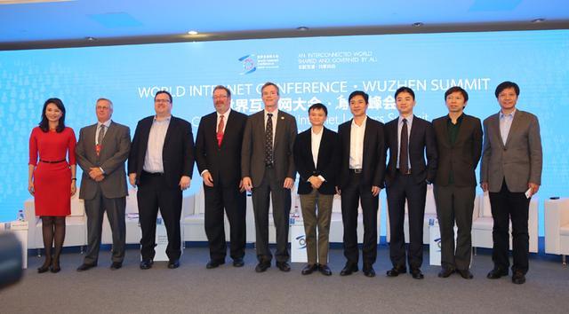 从左至右:主持人刘芳菲、 苹果高级副总裁布鲁斯·塞维尔、LinkedIn创始人里德•霍夫曼、汤森路透CEO吉姆·史密斯、高通执行董事长保罗·雅各布、阿里创始人马云、百度创始人李彦宏、京东创始人刘强东、搜狐CEO张朝阳、小米科技创始人雷军