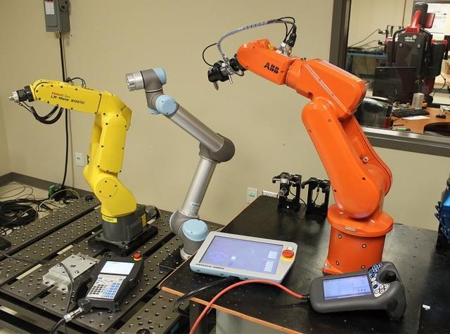 富士康雇机器人上班 工人真要卷铺盖走了?