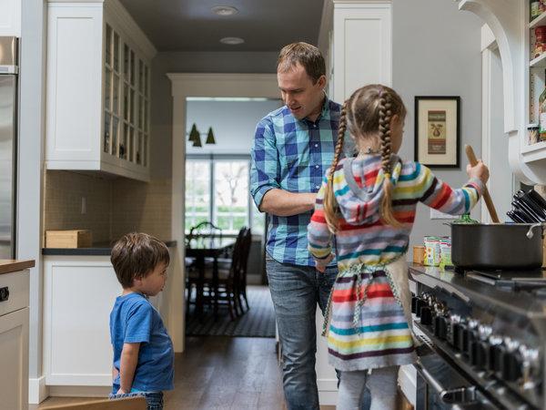 """""""硅谷父母""""的困惑:如何平衡工作与家庭"""