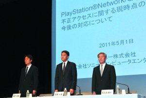 5月1日,日本东京,索尼公司游戏业务部门负责人平井一夫连同两名高管在索尼总部向用户道歉。图/CFP