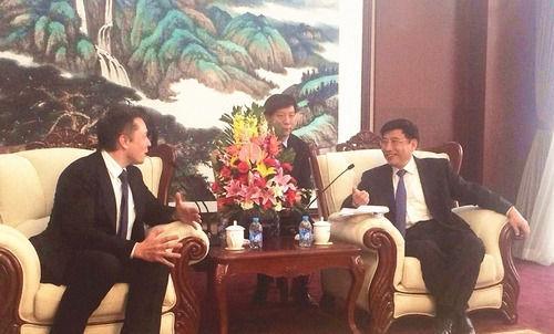 工信部部长苗圩会见埃隆 马斯克。(图片来源:中国新闻网)