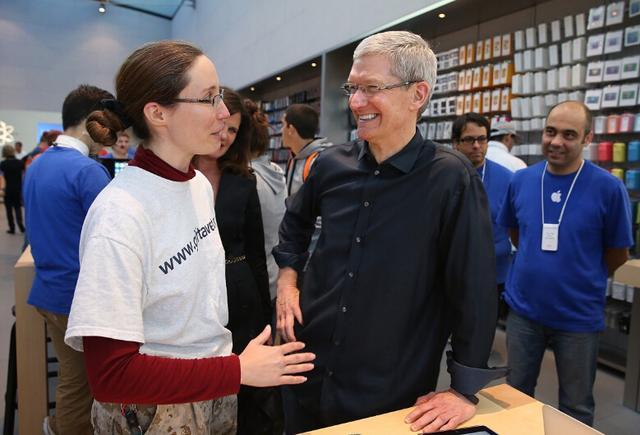 苹果首席执行官蒂姆库克造访苹果零售店