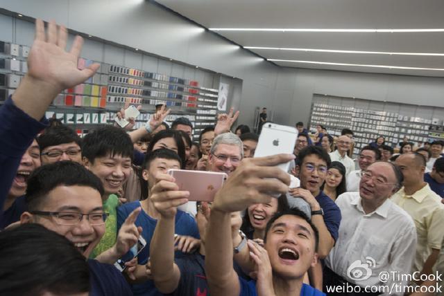 库克去重庆、黄奇帆陪同:我也不知道iPhone