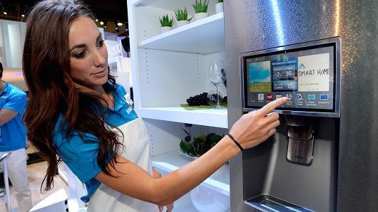 三星发言人在今年的拉斯维加斯CES展会上演示三星智能冰箱的连网功能。