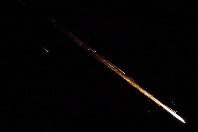 满载垃圾的宇宙飞船坠入大气层焚毁