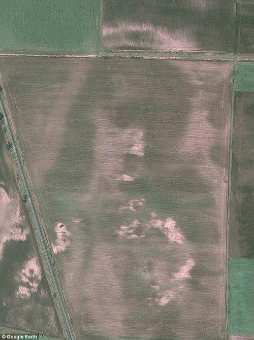 """谷歌地球上发现匈牙利农田里的""""耶稣像"""""""