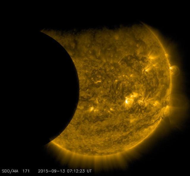 """太阳动力天文台拍摄罕见的""""双重日蚀""""现象"""