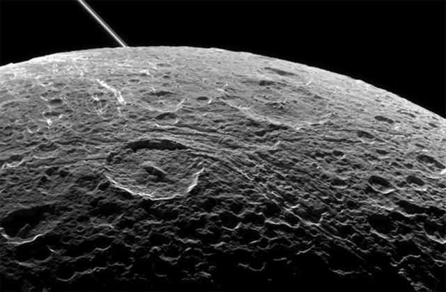 """美国""""卡西尼""""探测器最后一次飞掠土卫四"""
