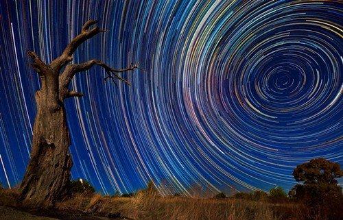 摄影师里肯-哈里森运用超长摄影技术拍摄的夜空