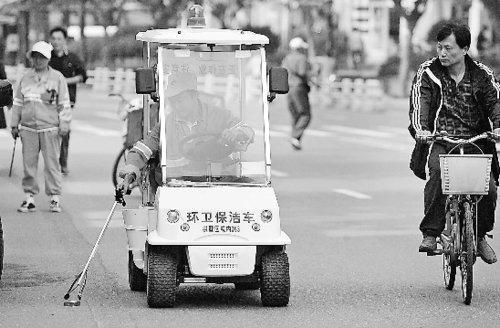 """图文:杭州环卫工人开""""高尔夫球车""""捡垃圾"""